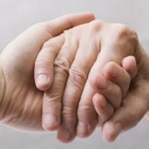 Poignée de main entre un auxiliaire de vie et un senior