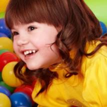 Bébé handicapé qui joue