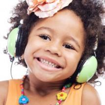 Petite fille qui écoute de la musique