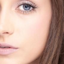 Femme avec du maquillage blanc