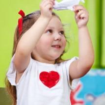Petite fille qui réalise un origami