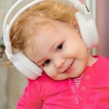 Bébé qui écoute de la musique
