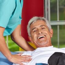 Auxiliaire de vie qui masse un senior