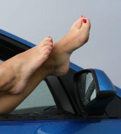 Une manucure dans la voiture