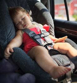 Enfant qui dort sur un siege bébé