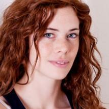 Femme rousse aux cheveux ondulés