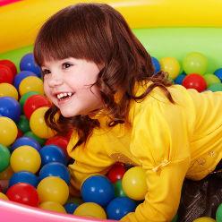 Petite fille qui joue dans une piscine à boules