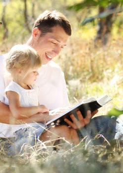 Père qui lit un livre avec sa fille