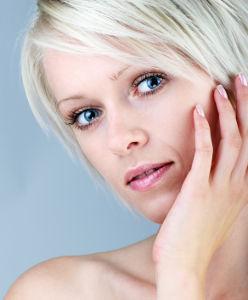 Femme à la coiffure blonde platine