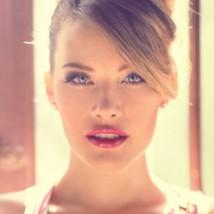 femme blonde avec un chignon glamour