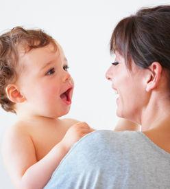Bébé qui parle à sa mère