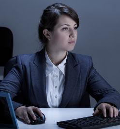 Femme intéressée par le compte personnel de formation