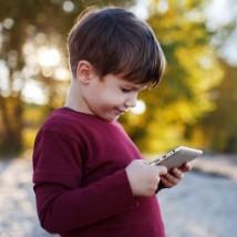 Petit garçon jouant sur sa tablette
