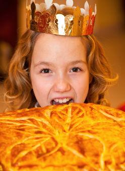 Enfant qui mange une galette des Rois