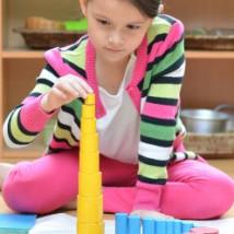 Enfant qui se lance dans une activité montessorienne