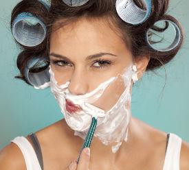 Femme qui se rase le visage