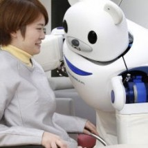 Robot Robear aide une personne âgée