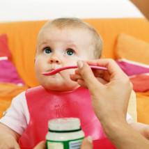 Bébé qui mange un pot de cacahuètes