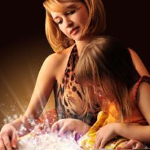 Maman qui lit un livre avec son enfant