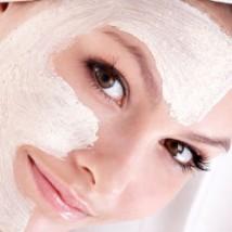 Femme qui met de la crème de soin sur sa peau