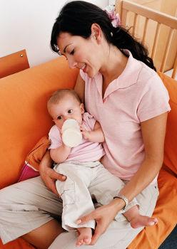 Bébé boit du lait avec sa maman