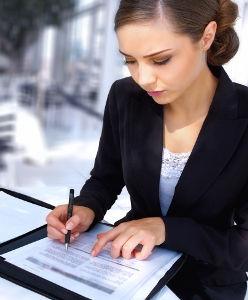 Femme qui rédige son CV