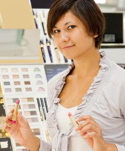 Femme qui regarde l'étiquette d'un produit cosmétique