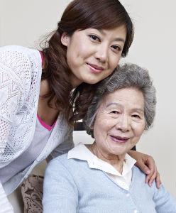Personne âgée et femme asiatique