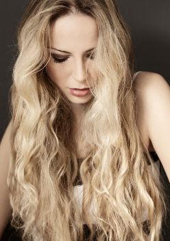 Femme avec des cheveux qui ont du volume