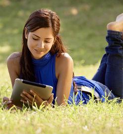 Jeune femme qui étudie dehors