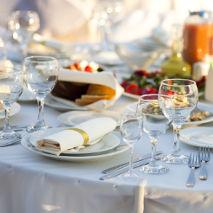 Table dressée avec verres de vin