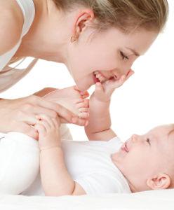 Maman qui s'apprête à allaiter son bébé