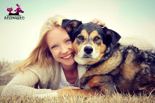 Femme petsitter et chien