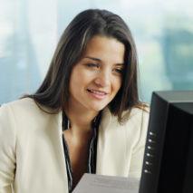 Femme qui suit sa formation par correspondance devant son ordinateur