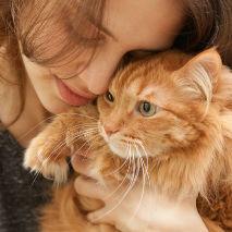 Jeune femme qui fait un câlin à son chat