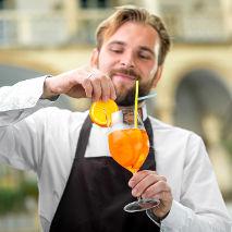 Serveur qui sert un cocktail