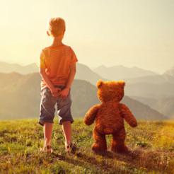 enfant et ours en peluche animé