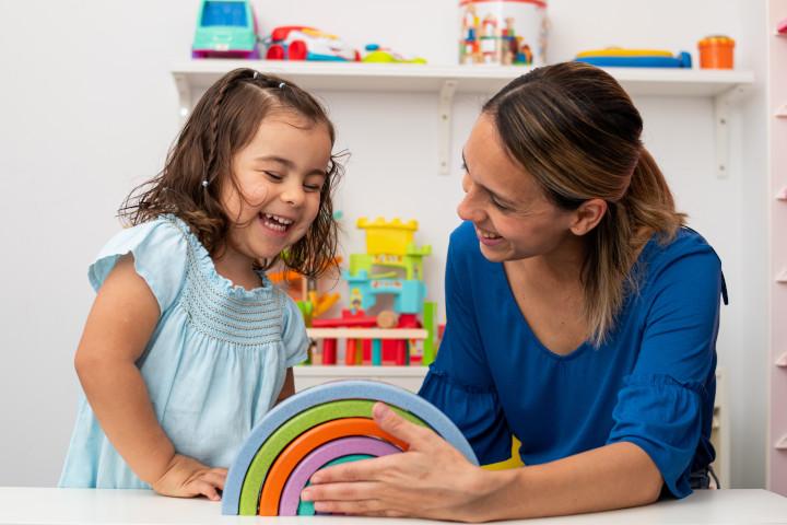 Se reconvertir en tant qu'assistante maternelle à domicile